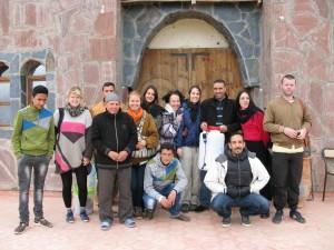 L'équipe de la Biennale et le team de Tiwizi devant la maison de l'association a Asni