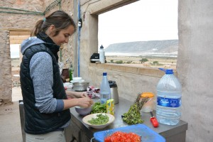 cuisine a ciel ouvert, coachée par l'incroyable Kara qui prépare des plats magnifiques par n'importe quel temps!