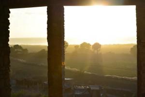 sunset à travers la batisse encore en construction de ce beau projet de l'ane vert