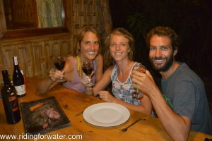Retrouvailles suisses autour d'un saucisson et des verres de vin rouge